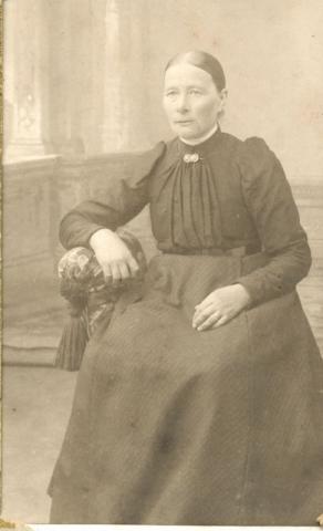 Olivia Olofsdotter, född 1852 på Mickelgårds 181, gift 1874 med Olof Larsson från Etelhem, varefter paret fick en part som bildade Mickelgårds 302.