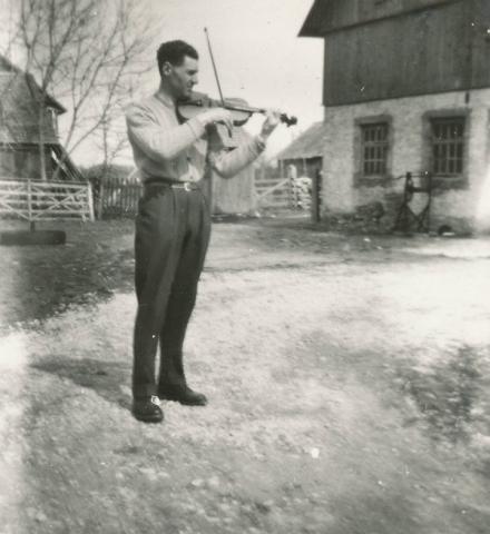 Spelmannen Karl-Gustav Pettersson Mickels 333, född 1928. Tränar inför bröllopet på Rikvide gård.