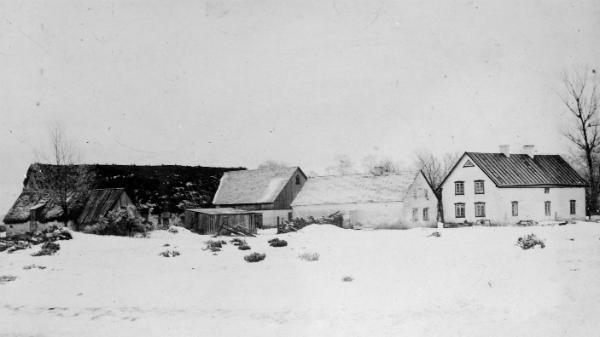 Alvare 435 har varit en släktgård sedan 1700-talet och har sedan storskiftet 1817-19 legat på sin nuvarande plats.Från 1960-talet och tills för några år sedan ägdes gården av Bertil Schüberg och hans hustru Anna-Lisa Söderström. Bertil och Anna-Lisa bor i dag i Bullerbyn i När och gården har övertagits av sonen Håkan Schüberg, som är bosatt i Bispgården i Jämtland.