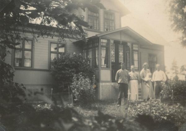 """Bomunds i Hammaren 510 på 1930-talet. Från vänster Jakob Jakobsson, född 1883, och hans fru Karolina, född Johansson år 1876 vid Pavals 310; dottern Alva, född 1914 gift Nilsson; och hennes man Kristian Nilsson från Hägdarve 110, född 1902. Alva håller sin son, Allan-""""Lång-Allan""""- Nilsson, född 1936, i famnen."""