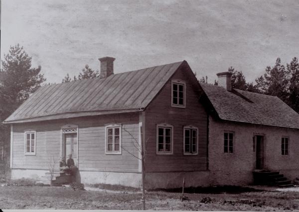 Det första boningshuset vid Gangvide 513 byggt i början av 1900-talet. På trappan sitter systrarna Fanny, född 1911 och gift Olsson; samt Vendla, född 1907 och gift till Petsarve i Vamlingbo. Huset på bilden revs på 1930-talet och ersattes av ett nytt bostadshus.