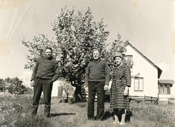 Mickels 607: från vänster Herbert Karlsson Bomunds i Hammaren 549, född 1921; Olof Häglund, född 1903, och hans hustru Anni född Pettersson år 1902 vid Frigges 345. Karl-Olle Larsson köpte gården som sedan gick vidare till sonen Stefan Larsson.