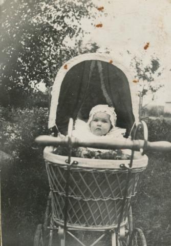 Transportmedel för de yngsta: Sigrid Jakobsson Frigges 339, född 1916 och gift Pettersson, i barnvagn