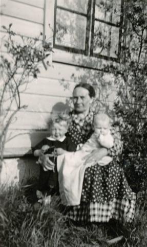 Anna-Lisa Henrikssons farmor, Anna Larsson Smiss 616 (1872), född Häglund vid Alvare 435; med Anna-Lisa Larsson (1935) till vänster, gifft Henriksson vid Hägdarve 403; och nydöpt bror Karl-Olle Larsson (1936), som senare övertog Smiss 616.