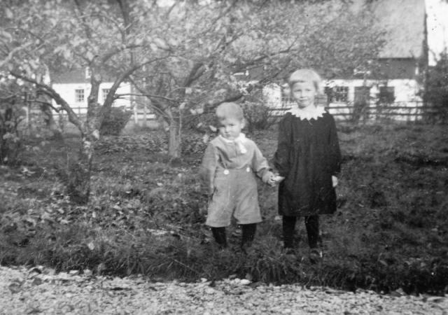Syskonen Erland Olsson (1937) och Birgit (1934), gift Larsson vid Hallbjärs 619 EL födda vid Gangvide 513 EO