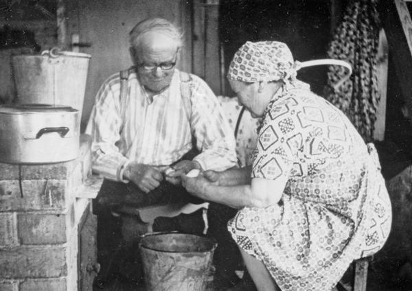 Potatisskalning i köket på Smiss 523 vid Nybro: Emil Dahlqvist, född 1887, och hustrun Emelie, född Pettersson i Burs.
