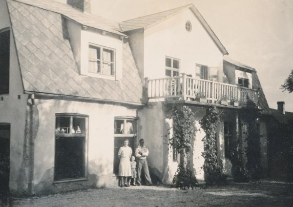 Hallute 171: Läckens Bodi var affären som låg vid Storbro och drevs av Lesley Pettersson mellan 1939-69. På bilden syns Birgit Johansson Mickels 329, född Jansson i Klinte år 1922, och hennes man Ragnar Johansson, född 1918. Pojken på bilden är troligen Lesley Petterssons son Bert, född 1942. I dag ägs huset av Karl-Erik Pettersson.