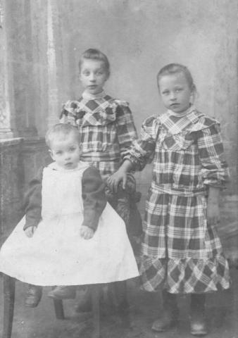 Tre syskon vid Frigges 345 AL, Stående från vänster Ester Pettersson (1899), gift Larsson till Hallbjärs 613 JL, Annie(1902), gift Häglund Mickelgårds 607, framför Viktor Pettersson (1907), gift till Frigges 339.