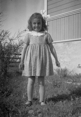 En glad tös; Britta Karlsson vid Bomundsi Burgi 810 JK (1937) gift Lyander vid Mattise 247 ON.