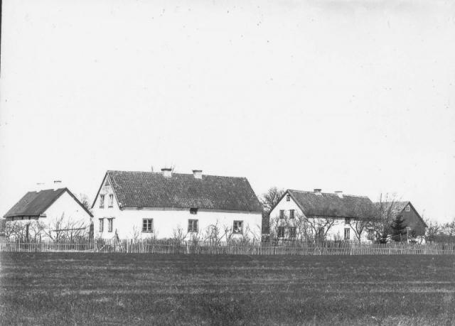 Foto över Mickelgårds 395 VN till vänster och Mickelgårds 393 JL till höger. Idag bor Jörgen Thomsson och Mari Håkansson i 395 medan 393 ägs av Lennart och Riitta Olsson.