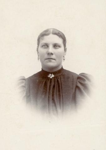 Maria Larsson Gangvide 513, född Larsdotter vid Smiss 616 år 1872. GIft 1896 med Hans Larsson och mormor till Birgit Larsson.