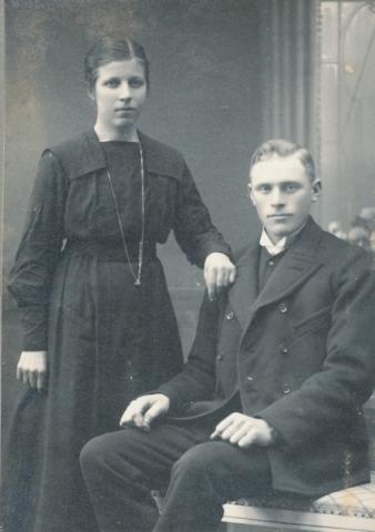 Johan – J-V – Larsson Hallbjärs 613, född 1896, och hans hustru Ester, född Pettersson vid Frigges 345 år 1899.