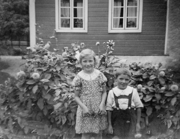 Birgit Olsson (1934), gift Larsson Hallbjärs 619 EL; och hennes bror Erland Olsson (1937). Båda är födda vid Gangvide 513.