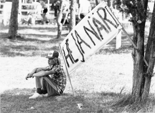 En Ung Håkan Nilsson sitter på Stångaspelen och funderar på framtiden. Kanske drömde han om framtida segrar? I viket fall blev han en av Närs mest framgångsrika deltagare i Stångaspelen genom tiderna med 5 segrar som pärkkarl i frampärk och 6 vinster i stångstörtnings mästerklass.