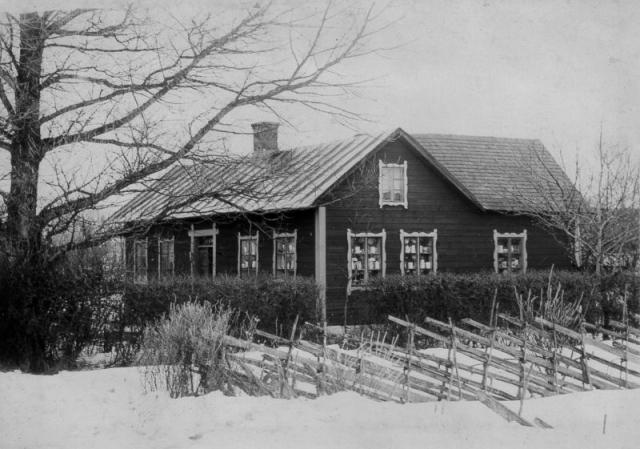 Mickelgårds 189 YM, i slutet av 1920-talet hade Hilda Karlsson (1889) affär i huset vilket man kan se i fönstren. I huset föddes bl.a. den kände Gotlandsmålaren Harald Norrby, son till Hilda. Sedan 1960-talet ägs huset av Sven-Olof Sjöstedt från Uppsala.