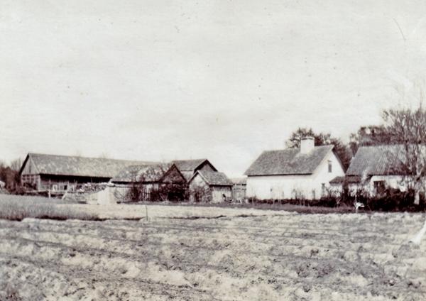 Hallute 144 där Lars och Eva Kullander bor i dag sett från baksidan. Huset som i dag är rivet ägdes tidigare av några generationer Romdahl och i slutet av 1800-talet av Olof Pettersson som blev lnadstingsman och en av de största jordägarna i När.