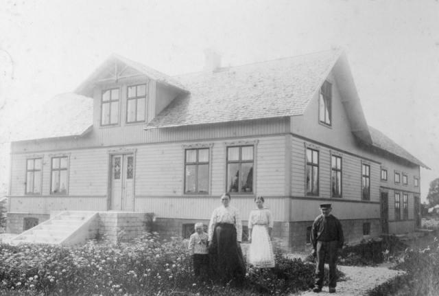 Frigges 348, från höger Johan-Frigges Johan-Johansson (1837). Sondottern Edla Johansson (1901), senare gift Jakobsson vid Botels 837. Johans svärdotter Matilda Larsson från Fie i Lau och Hugo Johansson (1913). Johans son Karl Johansson som var gift med Matilda omkom i en svår storm 1915 som drabbade Frigges hårt.