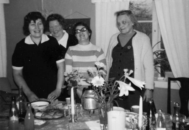 Kafferep vid Bomunds i Hammaren; från vänster Greta Häglund Bomunds i Hammaren 522 (1924), född Pettersson Maldes 330; Edit Bergström Mickelgårds 181 (1921); född Nilssoni Alskog; Edit Gardell Hallbjänne 516; Astrid Karlsson Folke 537 (1906), dotter till Kalr Sjöpilt i Lau.