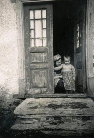 Frigges 342 SL; Edit Larsson (1912) född Öström i Lau med yngsta sonen Göran (1952), som idag innehar Frigges 345.