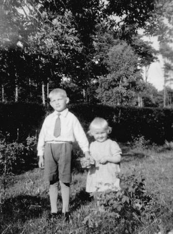 Allan Nilsson (1936) och lillasyster Margit (1939) från Bomunds i Hammaren 510 KN.