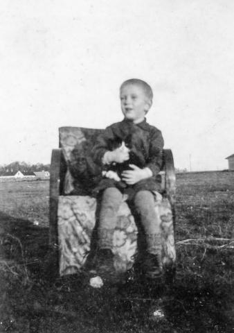 Herbert Larsson vid Frigges 342 SL(1941) har hittat en skön stol för sig och katten ute på backen