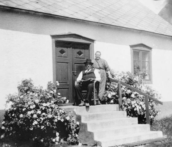 Bomunds i Burgen 802 IP: på trappan sitter Nils Pettersson (1876-1951) med sin hustru Selma Pettersson från Hablingbo (1883-1946).