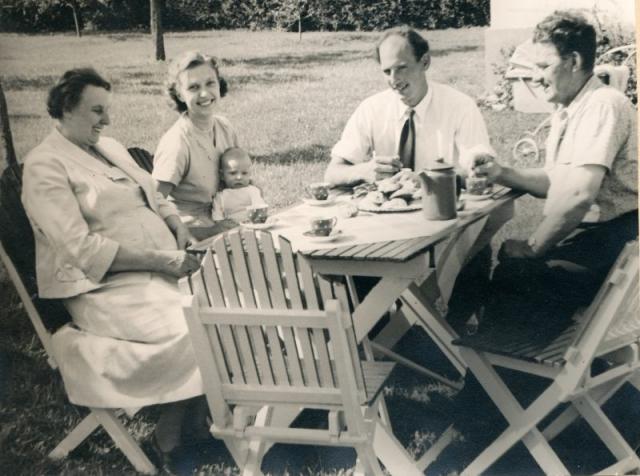 Kaffe vid Bomunds i Burgen 802; vid kortändan av bordet sitter Per Ivarsson (1929), och bredvid honom hans hustru Inga Ivarsson, född Andersson i Visby. I hennes knä möjligen Per-Erik Ivarsson (1957), som vertagit gården. De två vriga personerna okända.
