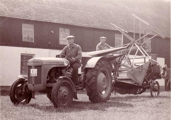 Mickelgårds självbindare med Josef Larsson Mickelgårds 393, född vid Hemmor 905 år 1896, och på traktorn Axel Johansson Mickelgårds 181, född vid Pavals 310 år 1912.