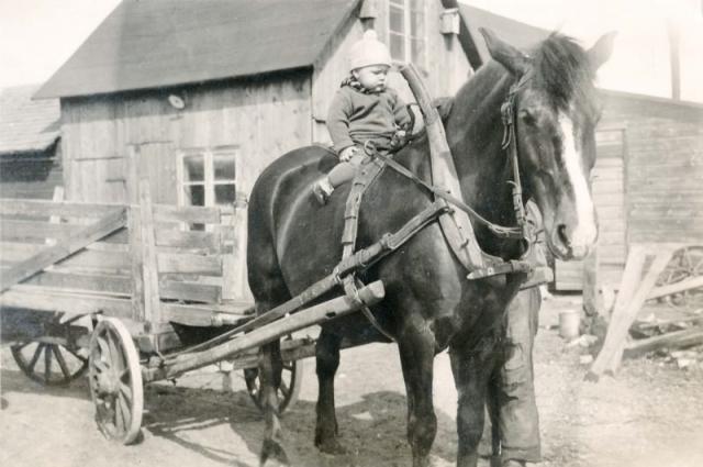 En duktig ryttare Sigvard Ahlkvist vid Folke 849 AA (1935) är beredd att ge siguti världen fast det verkar som pappa står bredvid.