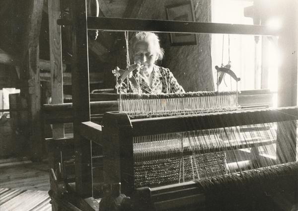 Annie Häglund Mickels 607, född Pettersson vid Frigges 345 år 1902, vid vävstolen.