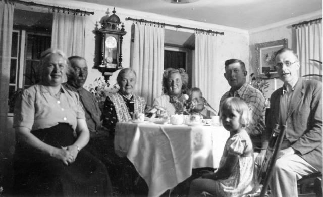Anton och Ingeborg med familj; från vänster Alfhild Berlin, syster till Ingeborg; Anton Johansson Hallbjänne 545 (1890); hustrun Ingeborg Johansson, född Olsson i Etelhem; svärdottern Edit Johansson (1922), född vid Haltarve 219; sonen Robert Johansson (1947); Anton och Ingeborgs son Gunnar Johansson (1916); dottern Nancy (1950); svågern Berlin gift med Ingeborgs syster Alfhild.