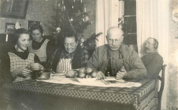 """Julfrid vid Kulle 862: Från vänster Sigrid Jakobsson, född 1916 på Frigges 339 men växte som föräldralös upp på Kulle 862; dottern i huset Hermanna Jakobsson, född 1909, gift Dahlgren; mor Augusta Jakobsson, född Pettersson år 1880 vid Frigges 342; far Karl – """"Kull-Kalle"""" -Jakobsson, född 1878,; samt Karls bror Jakob Jakobsson, född 1874."""