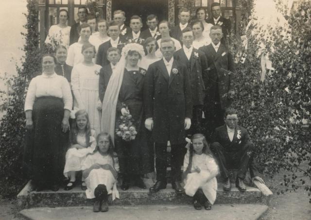 Bröllop 1924 mellan Einar Pettersson Maldes 330, född 1901, och Ella Larsson från Frigges 342, född 1904.