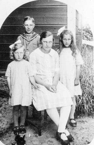 Fyra syskonen vid Haltarve 219 RJo, från vänster Edit Johansson (1922),gift till Hallbjänne 545 GJ, Ragnar Johansson, (1916), Annie (1913), gift Nilsson vid Hallbjänne 680 AN, Margit (1918), gift Ljunggren i Lau.