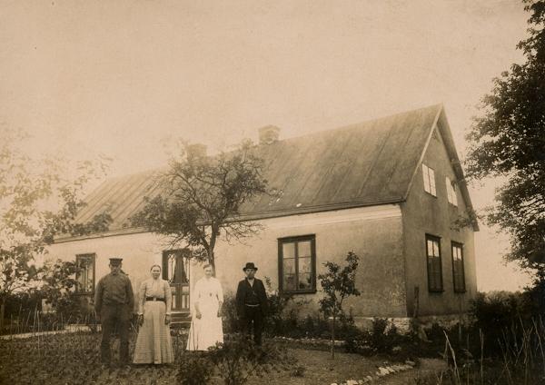 Maldes 328: från vänster bonden Lars Larsson, född 1866, med hustrun Anna Olofsdotter från Lye, född 1864, och dottern Helny, född 1892 och gift till Heffride i Burs, samt sonen Vilhelm, född 1895, som övertog gården.
