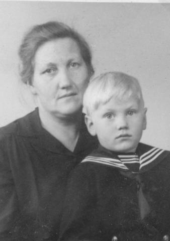Ella Pettersson Maldes 330, född Larsson vid Frigges 342 år 1904, med sonen Gunnar, född 1943, som övertog gården.