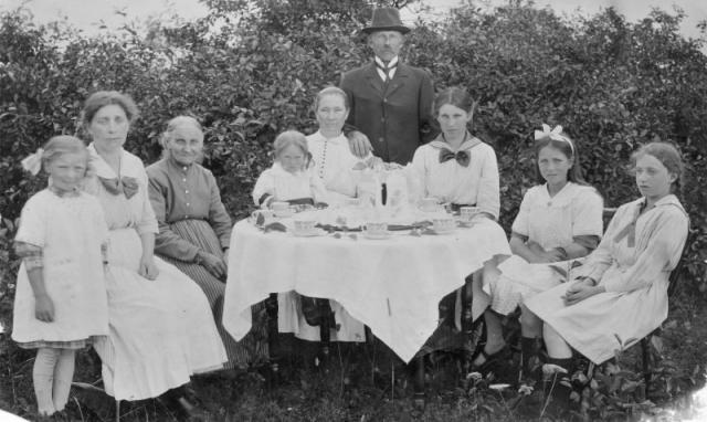Kafferep på Kulle; från vänster okänd, okänd, Cajsa-Maria Jakobsson Kulle 862 (1846), mamma till Kull-Kalle; Sigrid Jakobsson Frigges 339 (1916), gift Pettersson; Augusta Jakobsson (1880), född Pettersson Frigges 342; Karl-KullKalle- Jakobsson Kulle 862 (1878); döttrarna Fanny Jakobsson (1903), gift Jakobsson Siglajvs 848; och Hermanna Jakobsson (1909), gift Dahlgren; Alice