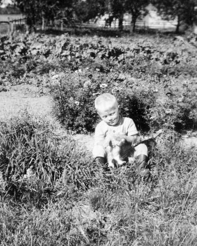 Gunnar Pettersson Maldes 330 (1943) och kattungen.