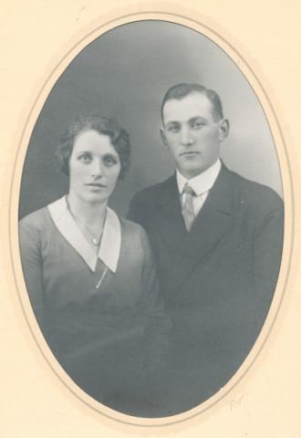 Helga Jakobsson, född Häglund vid Mickels 607 år 1904, och Emil Jakobsson Liffor 259, född vid Bosarve 166 år 1900; föräldrar till Siv och Nils hägring