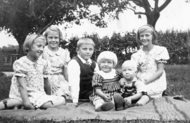 Från vänster Ulla Pettersson frå Hägdarve 158OP (1931) gift Svegsjö Prästgården 209; hennes syster Karin Pettersson (1929), Nils Hägring från Liffor 259 EJ (1932); hans syster Siv Hägring (1937); Lars-Ove Pettersson Hägdarve 158 OP (1939); och hans storasyster Birgit Pettersson (1924).